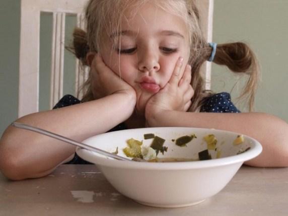 foto bambina che non mangia
