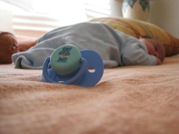 foto dormire senza ciuccio come
