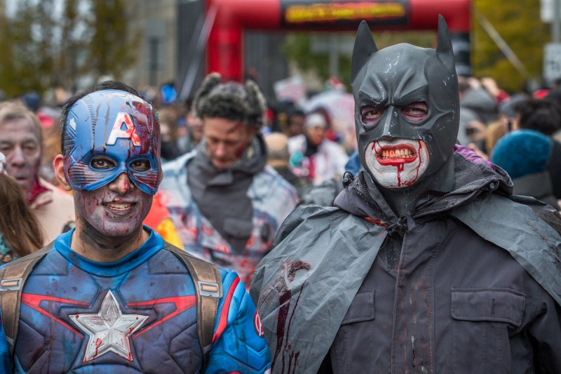 Photo : la Marche des zombies à Montréal Captain America et Batman