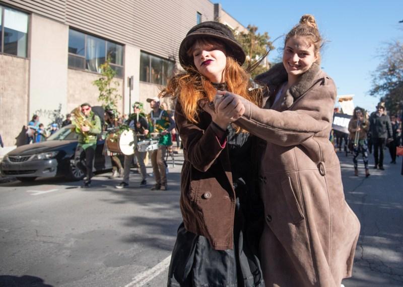 Deux personnes vêtues de brun