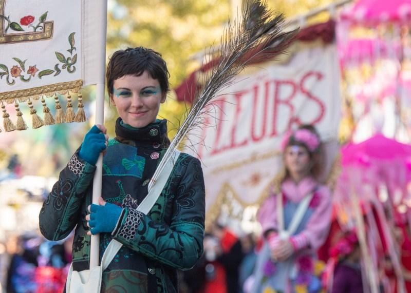 Femme souriant dans parade