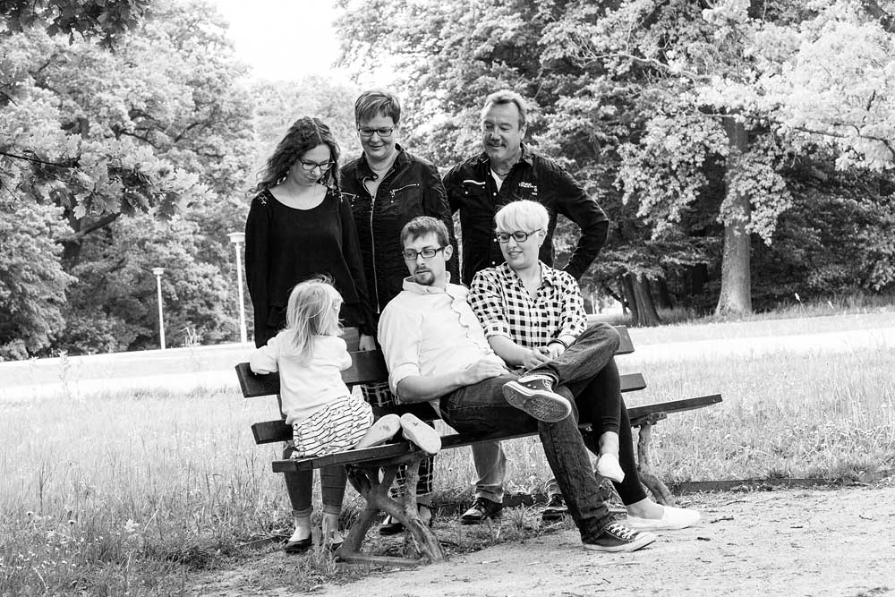 3 Generationen auf einer Parkbank - Schwarzweißbilder, Familienfotografie, Familienfotos, Familienbilder
