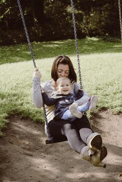 Mama mit Kind auf der Schaukel im Park - Familienbilder, Familienfotografie, Familienfotos