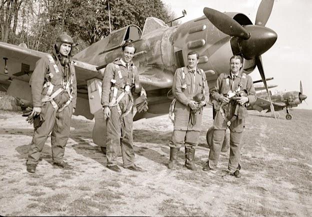 Buc, le 10 mai 1940 de gauche à droite SGT Largeau, ADC Munier, ADC Autier, SCH Guitard devant un Bloch 152 du GCII/1 ©Jacques Hémet