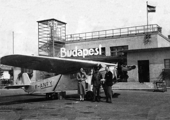 Farman 402 F-ANFY à Budapest : Mme de Bergevin, un officiel hongrois, Jean Bétrancourt ©Alain Bétrancourt