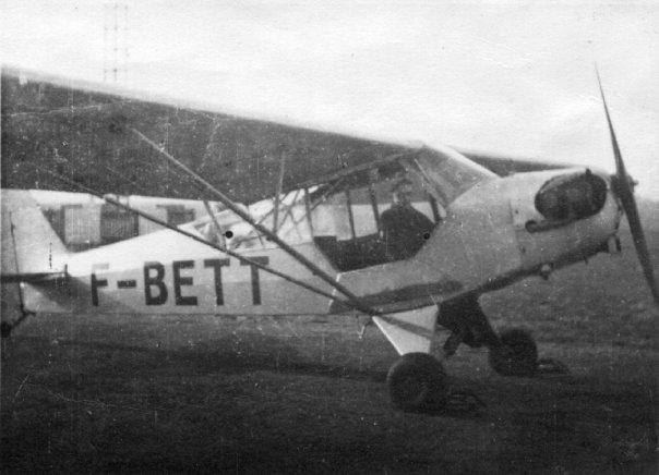 Michel Léveillard attend son instructeur Marcel Raymondet dans le Piper L4 F-BETT