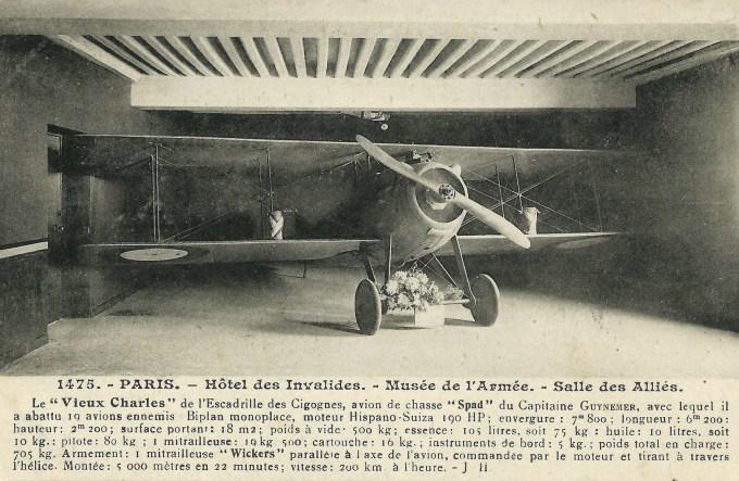 Georges Guynemer à la mi-septembre 1916, posant devant le premier de ses SPAD VII, immatriculé S 115 « Vieux Charles VI ». Un appareil qu'il utilisa au combat pour la première fois le 27 août 1916 et qui fut détruit moins d'un mois plus tard, le 23 septembre, touUn avion fleuri à la manière d'un autel : le Spad VII S 254 tel qu'il était exposé autrefois, en l'Hôtel national des Invalides, au sein du Musée de l'Armée. Un écrin que la précieuse relique ne quitta qu'en 1969, pour être transférée à l'École de l'air de Salon-de-Provence. (photo : collection du musée de la BA 102)ché par un obus de la défense antiaérienne française. (photo : collection du musée de la BA 102)
