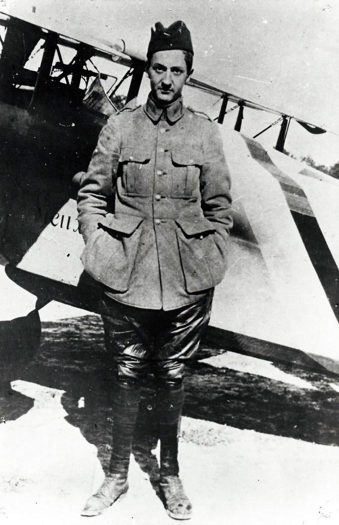 Georges Guynemer à la mi-septembre 1916, posant devant le premier de ses SPAD VII, immatriculé S 115 « Vieux Charles VI ». Un appareil qu'il utilisa au combat pour la première fois le 27 août 1916 et qui fut détruit moins d'un mois plus tard, le 23 septembre, touché par un obus de la défense antiaérienne française. (photo : collection du musée de la BA 102)