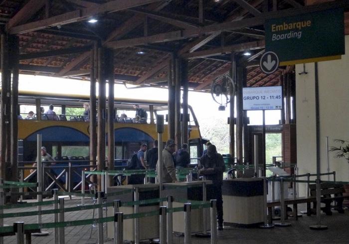 17-brazil-iguazu-falls-bus-to-falls