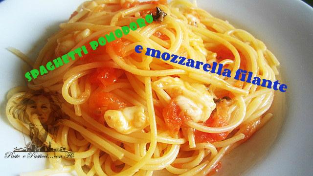spaghetti pomodoro e mozzarella filante
