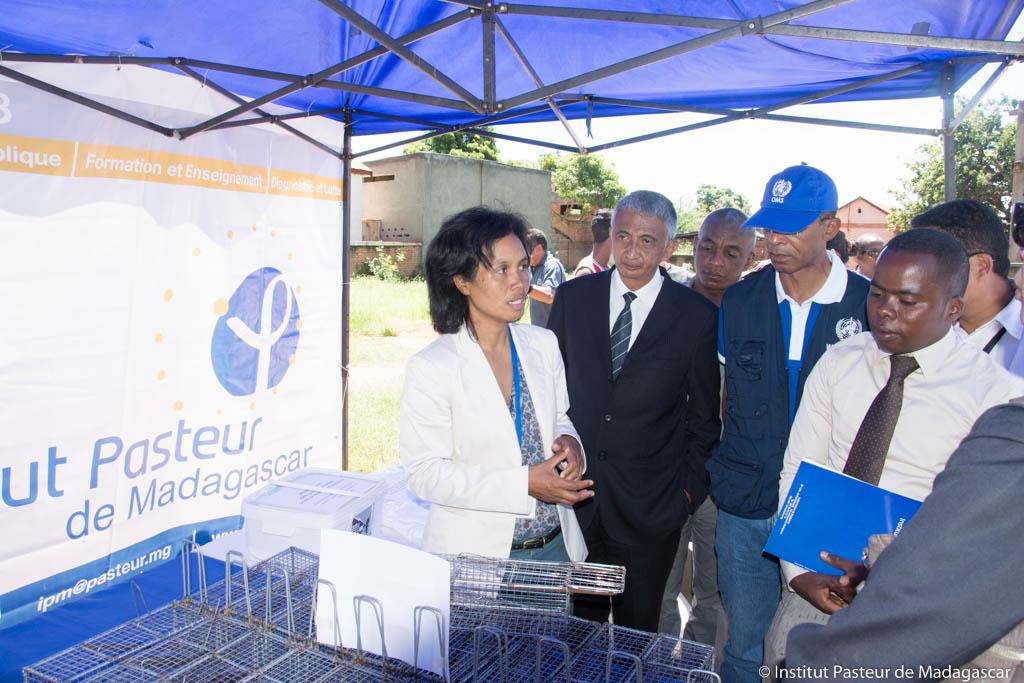 Dr Mino RAJERISON, Chef de l'unité Peste de l'IPM présentant les matériels destinés à la campagne aux autorités locales et aux partenaires du projet  à Tsiroanomandidy