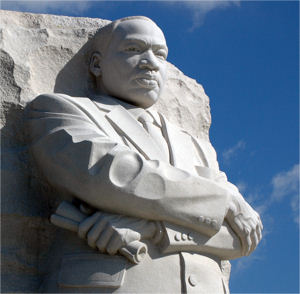 """Monument für Martin Luther King im West Potomac Park in Washington. Diese Skulptur wurde im August 2011 aufgestellt. Sie versteht sich als Umsetzung des King-Zitats: """"vom Berg der Verzweiflung einen Stein der Hoffnung abzutragen"""""""