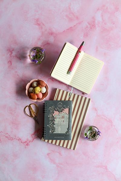fond photo marbre rose quartz effet texturé, photo culinaire, fond vinyle écologique pour studio.