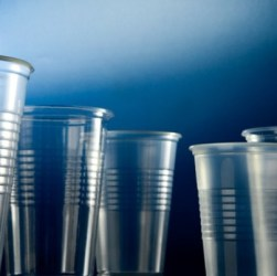 Vasos descartables de plástico
