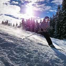 Persona esquiando en la montaña. Invierno Patagonia.