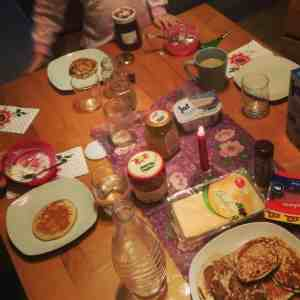 Weihnachtsvorbereitungen Frühstück Pfannkuchen
