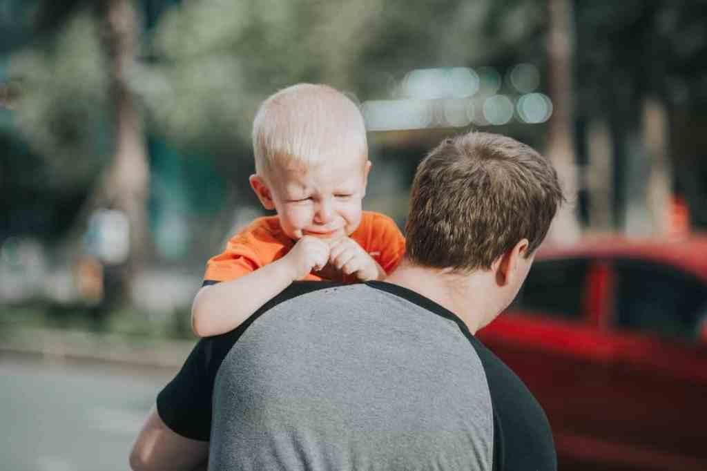Adultismus - Vater trägt weinendes Kind weg