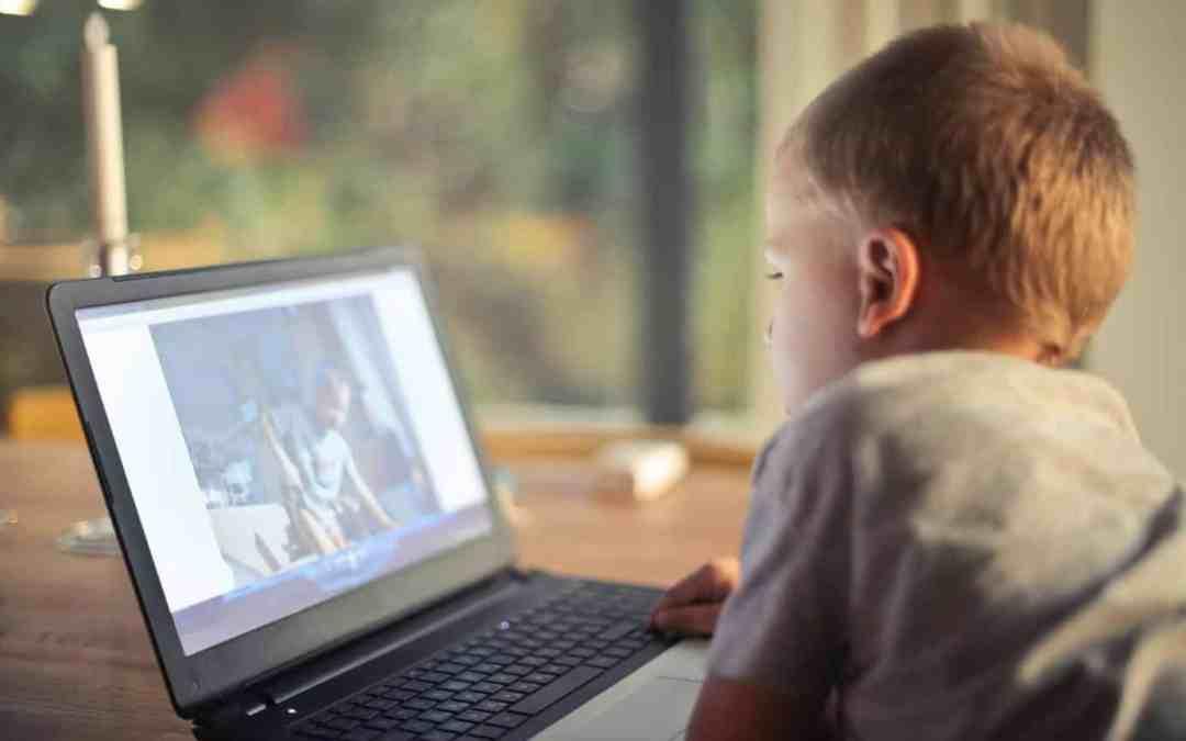Kleines Kind schaut Fernsehen am Laptop