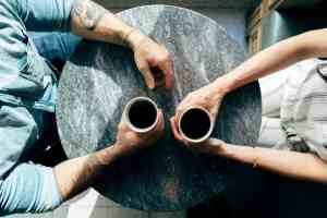 Eltern-Kind-Entfremdung Gespräch im Cafe