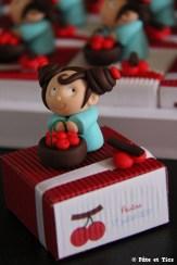 Boîtes à dragées petites filles et leurs paniers de cerises