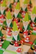 Boîtes à chocolats ou dragées lutins sur leurs champignons