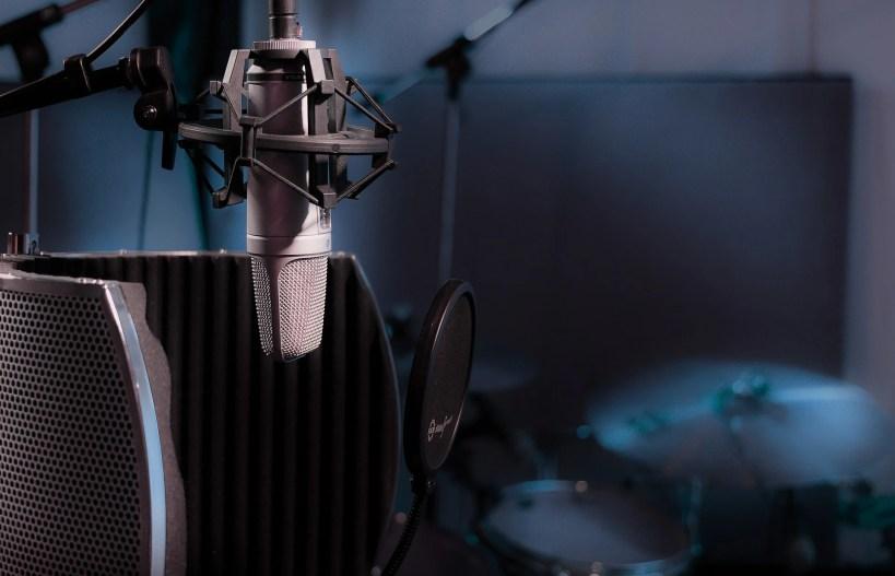 Mikrofon in Sprecherkabine für Imagefilme auf Englisch