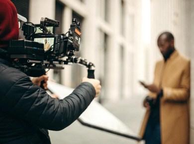 Mann steht vor der Kamera und wird gefilmt