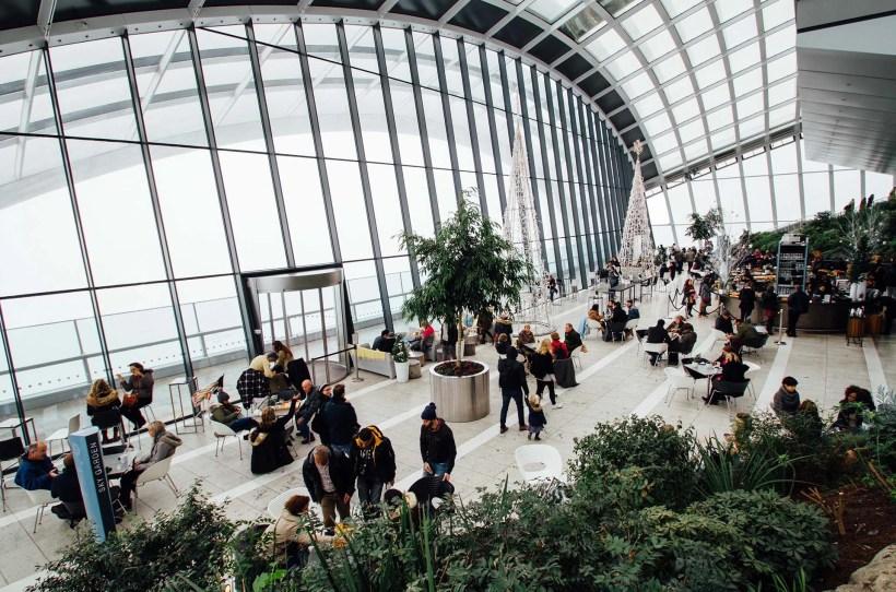 Panorama einer Messehalle mit Menschen und Pflanzen