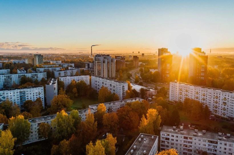 Luftaufnahmen einer Stadt im Sonnenuntergang