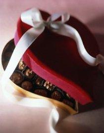 Egy szív alakú doboz tele csokoládéval.