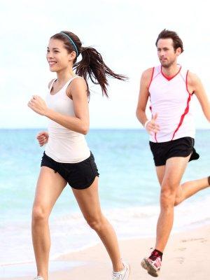Egy pár fut a tengerparton.
