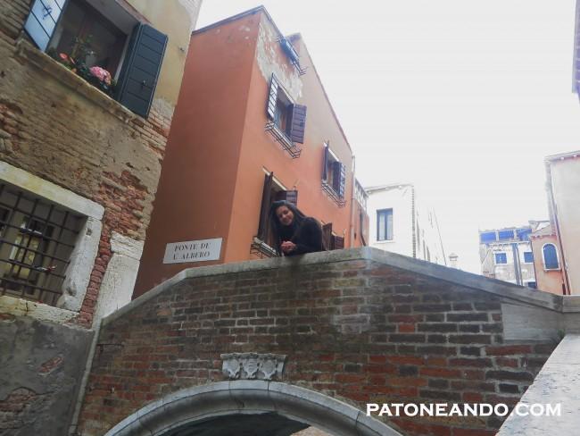 O en una al lado de uno de los canales de Venecia