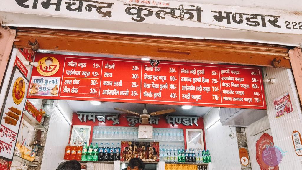 20 cosas que hacer en Jaipur - India - tomar lassi en la calle -Patoneando blog de viajes