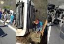 Caminhão tomba na Serra de Santa Luzia na tarde desta quarta-feira (30). Veja o vídeo