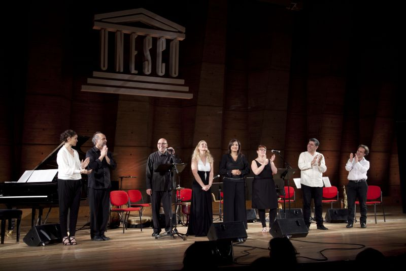 الموسيقيون والسوبرانو في حفلة الأونيسكو في باريس