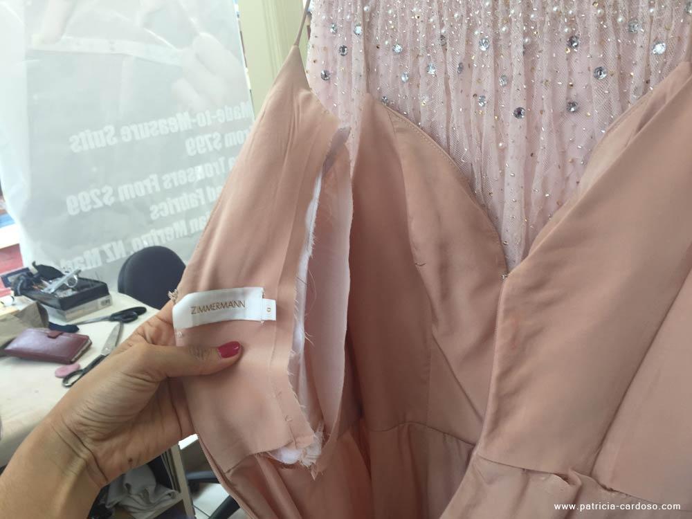 ajuste em um vestido costura