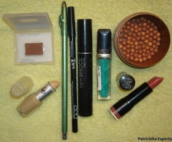 061 - Maquiagem com delineado preto e verde + rímel verde