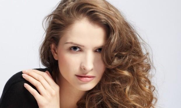 mulher cabelo cacheado oleo de macadamia 34852 - Cuide dos Cabelos com o Cronograma Capilar – O que é?