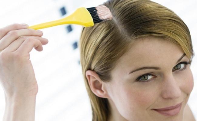 Mulher pintando o cabelo - Como cuidar dos cabelos tingidos?