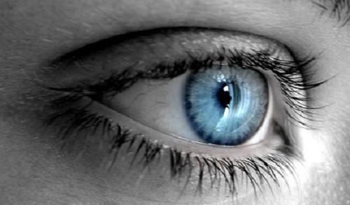 olhos azuis em pb - Combine a cor da maquiagem com a íris dos seus olhos