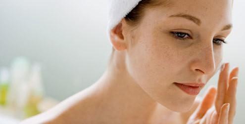 pele sensivel mulher passando hidratante1 - Dê adeus para certos hábitos
