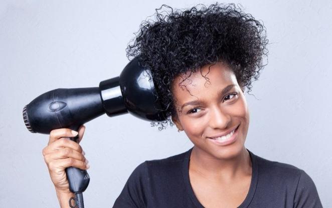 cabelos crespos pedem cuidados especiais na hora de moldar os cachos 1360346050075 956x600 - Aprenda como deixar seus cachos naturais perfeitos