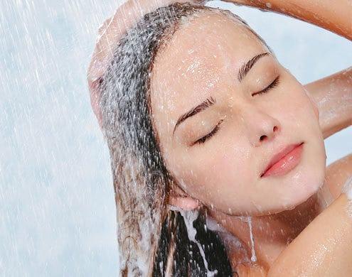 mulher lava cabelo - Tratamento básico e eficiente para seus cabelos