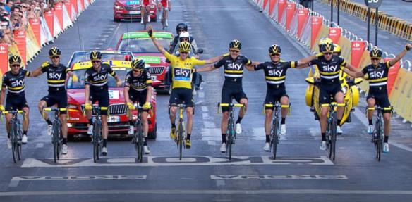 Geletruidrager Chris Froome met zijn ploegmaten van Sky over de finish