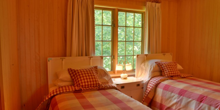 Twin beds in bedroom