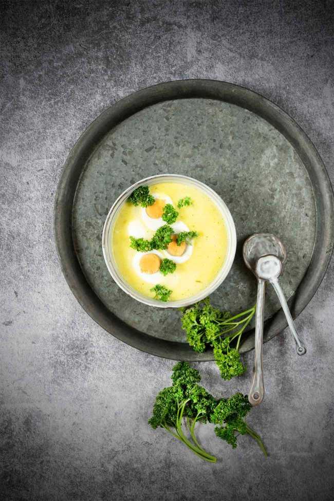 Da war es mal wieder soweit: Zeit für Suppe. Nach 2 herrlichen, sonnigen Tagen, kam gestern der Winter wieder zurück. Aber ich kann mit die Sonne auf den Tisch holen. Mit einer Käsesuppe. Und Ei.
