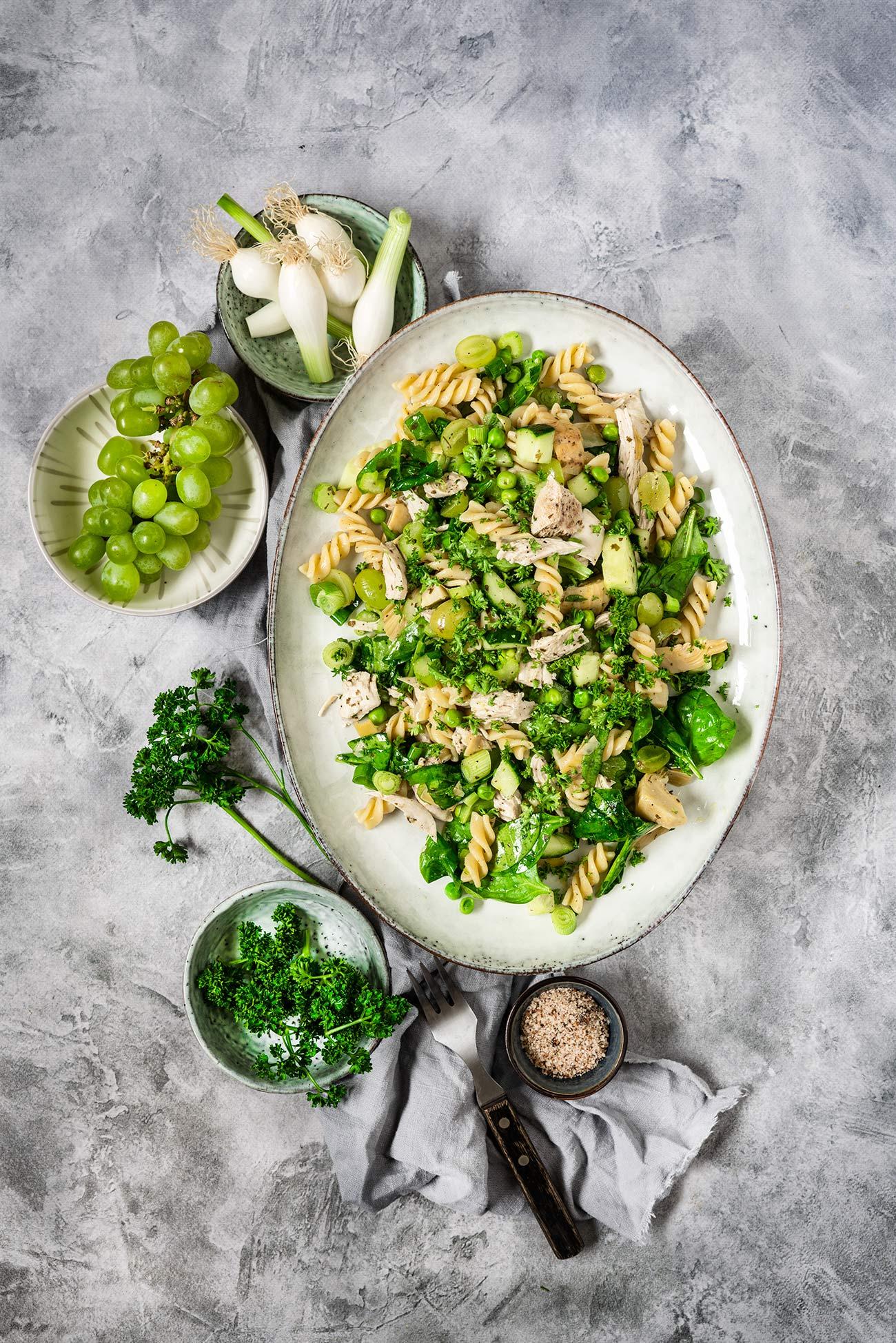 Iss mehr Salat! Klar doch. Gerade zur Sommerzeit kommen bei uns Salate fast täglich auf dem Tisch. Meist als Beilage. Dieser hier hat es aber zur Hauptmahlzeit geschafft und überzeugt mit fruchtigen Trauben, Spinat und Artischocken. Iss grün! Okay, ich gebe zu: Dieser Salat hat es bei uns echt oft auf den Tisch geschafft, weil er einfach so schön grün ist und einfach gut aussieht. Gerade in der Grillzeit wandeln wir ihn oft ab. Mal mit gegrilltem Hühnchen, gegrillter Ananas oder wie hier mit gekochter Hähnchenbrust.
