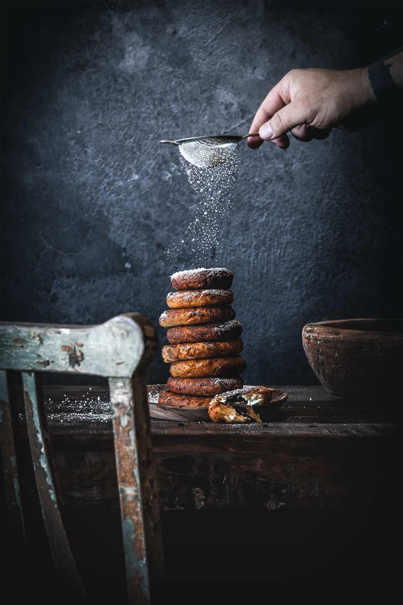 Einige konnten mich bei der Zubereitung der Pfannküchlein in den Instagram-Storys schon sehen und haben schon nach dem Rezept gefragt. Jetzt hab ich es endlich geschafft, das Rezept aufzuschreiben. Und wo ich diese kleinen, fluffigen Dinger so sehe, könnte ich mich direkt noch einmal ans frittieren machen. Die waren nämlich unglaublich lecker.
