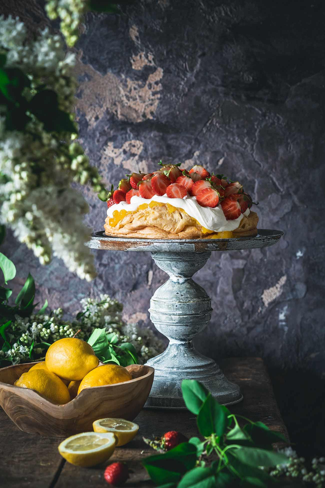 Erdbeer-Zitronen Sahnetörtchen Heute freue ich mich ganz besonders auf den Erdbeerkuchen, der auf mich wartet. Ich hab natürlich gestern schon ein bis drei (wer zählt das schon) Stücke gegessen. Er schmeckt wie ein großer Windbeutel voller Sommer.
