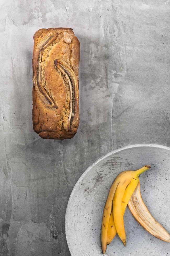 """Peanut butter banana bread Erdnussbutter Bananenbrot Das Bananenbrot war eigentlich schon immer ein Erfolgsrezept, denn es schmeckt einfach super lecker. Derzeit sind überall richtig tolle Rezepte zu sehen. Bananenbrot revival. Mein Lieblingsbananenbrot? Mit Erdnussbutter drin! Und ich finde, dass ein Bananenbrot in seiner Schlichtheit einfach so wunderschön ist, dass es auch ganz ohne """"Klimbim"""" auf dem Foto auskommt. Habt einen tollen, sonnigen Tag. 4 reife Bananen 50 g Erdnussbutter 120 ml Speiseöl 75 ml Milch 300 g Mehl 175 g brauner Zucker 2 TL Backpulver 0,5 TL Zimt 1 Prise Salz Backofen auf 180 Grad Umluft vorheizen Kastenform (ca. 25 x 13 cm) mit Backpapier auslegen und leicht einfetten 3 Bananen mit einer Gabel zerdrücken und zusammen mit der Erdnussbutter, Öl und Milch verrühren In einer zweiten Schüssel Mehl, Zucker, Backpulver, Zimt und eine Prise Salz vermengen Bananenmischung zur Mehlmischung geben und verrühren Teig in die Kastenform geben Restliche Banane längs halbieren und auf den Teig legen Im Ofen 45-50 Minuten goldbraun backen"""